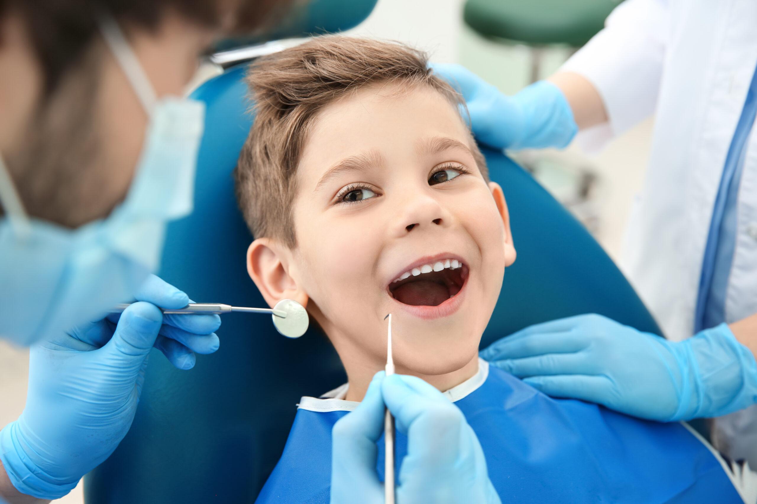 Comment organiser la première visite de votre enfant chez le dentiste ?
